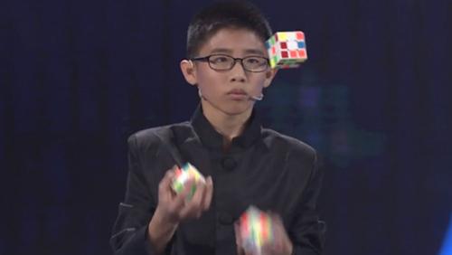 Ребенок установил мировой рекорд при помощи кубика Рубика!