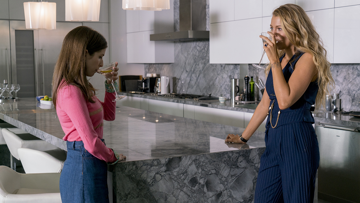 Stephanie (Anna Kendrick, left) and Emily (Blake Lively, right) in A SIMPLE FAVOR. Photo credit: Peter Iovino