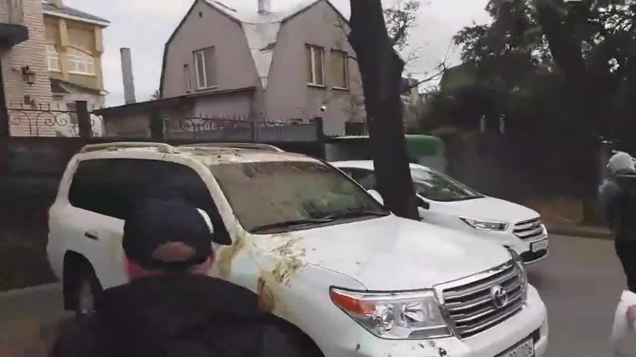 Хулиганы испачкали машины российских дипломатов
