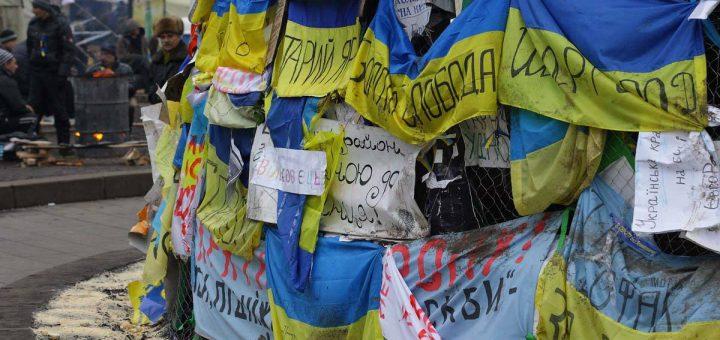 Флаги Украины с лозунгами Евромайдана