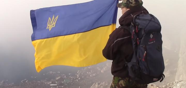 Украинские волонтёры подняли в Крыму флаг Украины