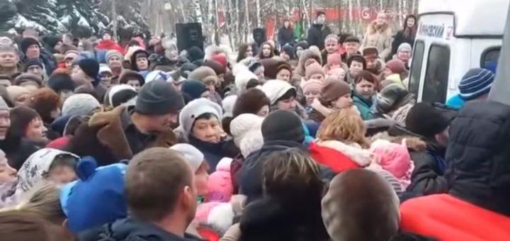 В Курске устроили давку при раздаче бесплатных подарков от ЛДПР