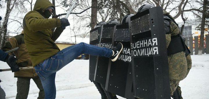 В Екатеринбурге перед школьниками разыграли спектакль с разгоном митингующих полицией