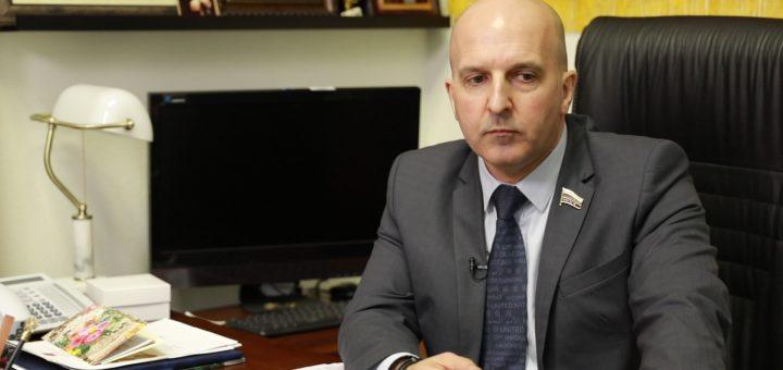 Единоросс осудил Comedy Club за высмеивание депутатов