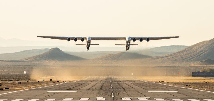 Самый большой в мире самолёт встал на крыло