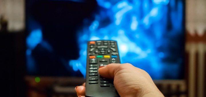 Россияне отдыхают за просмотром телевизора