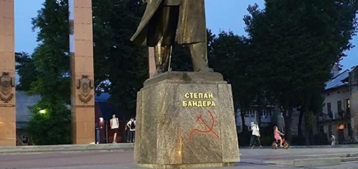 Во Львове на памятнике Степану Бандере нарисовали серп и молот