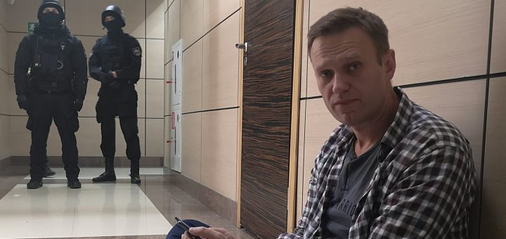 Навальный сидит