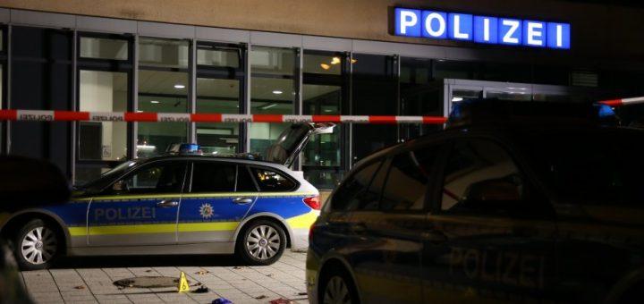 05.01.2020, Nordrhein-Westfalen, Gelsenkirchen: Ein Tatort vor einer Polizeistation ist mit einem Absperrband für Ermittlungsarbeiten abgegrenzt. Ein Polizist hat einen Mann erschossen, der sich mit einem Messer in der Hand Beamten genähert haben soll. Foto: Rene werner/IDA NewsMedia/dpa +++ dpa-Bildfunk +++