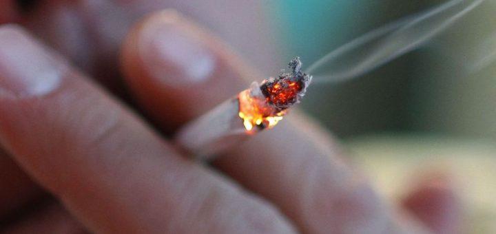 ARCHIV - ILLUSTRATION - Ein Mann zieht in W¸rzburg (Unterfranken) an einer selbst gedrehten Zigarette (Foto vom 28.05.2012). M‰nner trinken mehr, rauchen h‰ufiger und gehen bei Beschwerden sp‰ter zum Arzt. Foto: Karl-Josef Hildenbrand dpa/lby (zu dpa 0344 vom 29.01.2013)  +++(c) dpa - Bildfunk+++