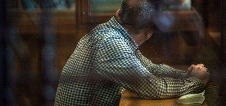 31.07.2019, Berlin: Der Angeklagte sitzt vor Beginn der Verhandlung in einem Gerichtssaal. Dem 44-jährigen Mann wird zur Last gelegt, die damals 14-jährige Georgine Krüger vergewaltigt und erwürgt zu haben. Ihre Leiche wurde nie gefunden. Foto: Paul Zinken/dpa +++ dpa-Bildfunk +++
