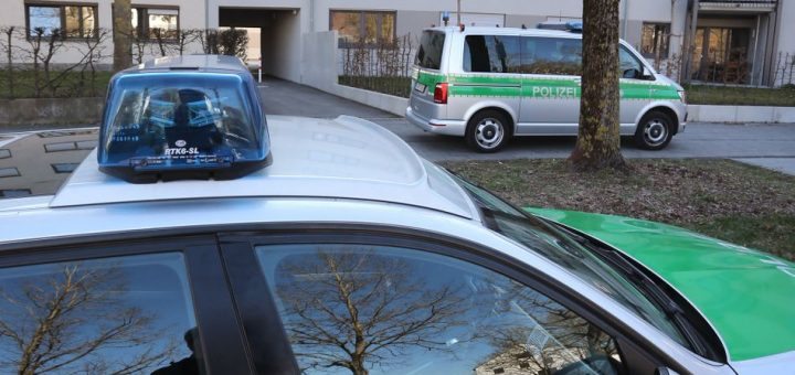 31.03.2020, Bayern, Augsburg: Polizeiautos stehen vor einem Studentenwohnheim im Universitätsviertel. Dort wurde die Wohnung eines Mannes durchsucht der am frühen Morgen Passanten mit einer Machete verletzt hatte. Foto: Karl-Josef Hildenbrand/dpa +++ dpa-Bildfunk +++