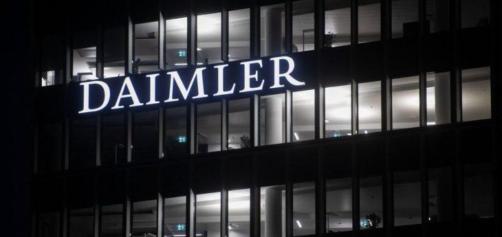 """ARCHIV - 06.02.2019, Baden-Württemberg, Stuttgart: Die Fenster an der Konzernzentrale der Daimler AG in Untertürkheim sind beleuchtet. (zu dpa """"Polizei nimmt mutmaßliche Daimler-Erpresser fest"""") Foto: Marijan Murat/dpa +++ dpa-Bildfunk +++"""